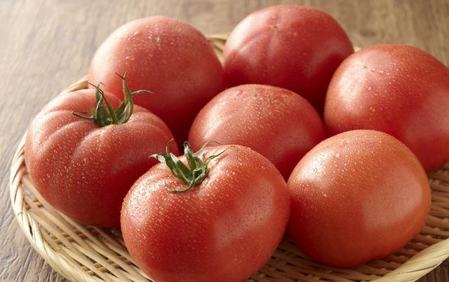 常吃西红柿有两大好处,但究竟是生吃好还是熟吃好?答案很简单