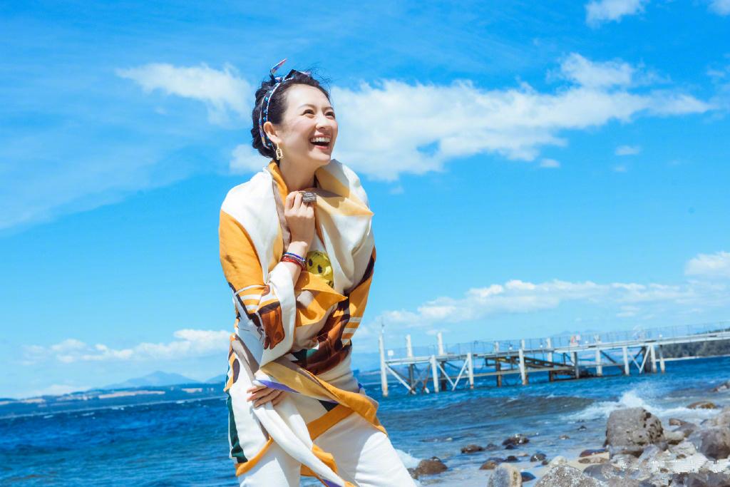 章子怡的游客照堪称阿姨辈的典范!戴花丝巾照样高级,气质是真好 时尚头条 第8张