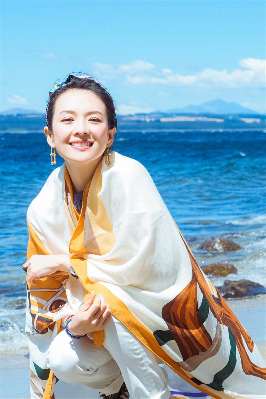 章子怡的游客照堪称阿姨辈的典范!戴花丝巾照样高级,气质是真好 时尚头条 第7张