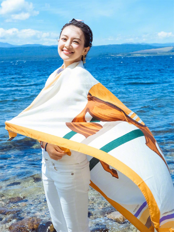 章子怡的游客照堪称阿姨辈的典范!戴花丝巾照样高级,气质是真好 时尚头条 第3张