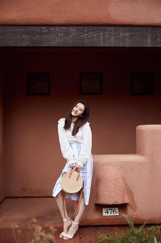 宋祖儿的几套春装都很好看,穿白色卫衣搭浅色裤子,又美了!