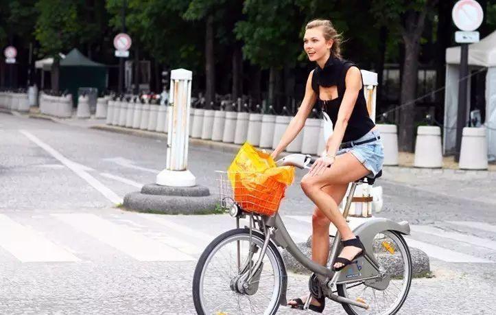 骑自行车的妹子