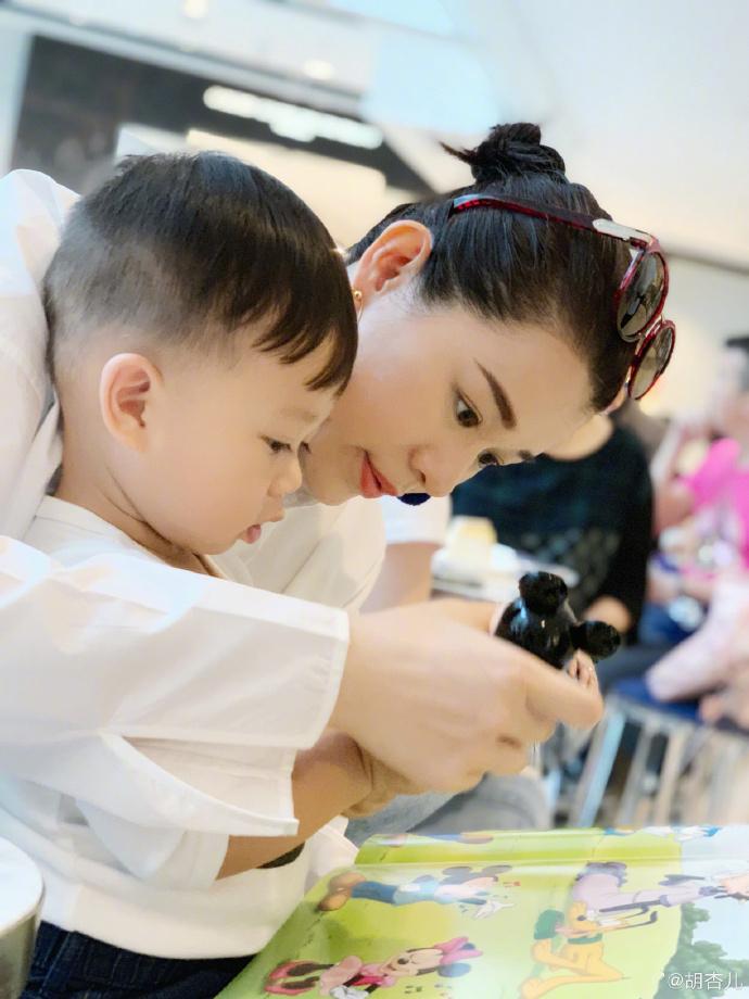 晒与儿子合影温馨可爱 胡杏儿:分享一下带孩子玩的办法