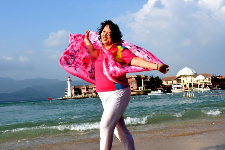 章子怡的游客照堪称阿姨辈的典范!戴花丝巾照样高级,气质是真好 时尚头条 第2张