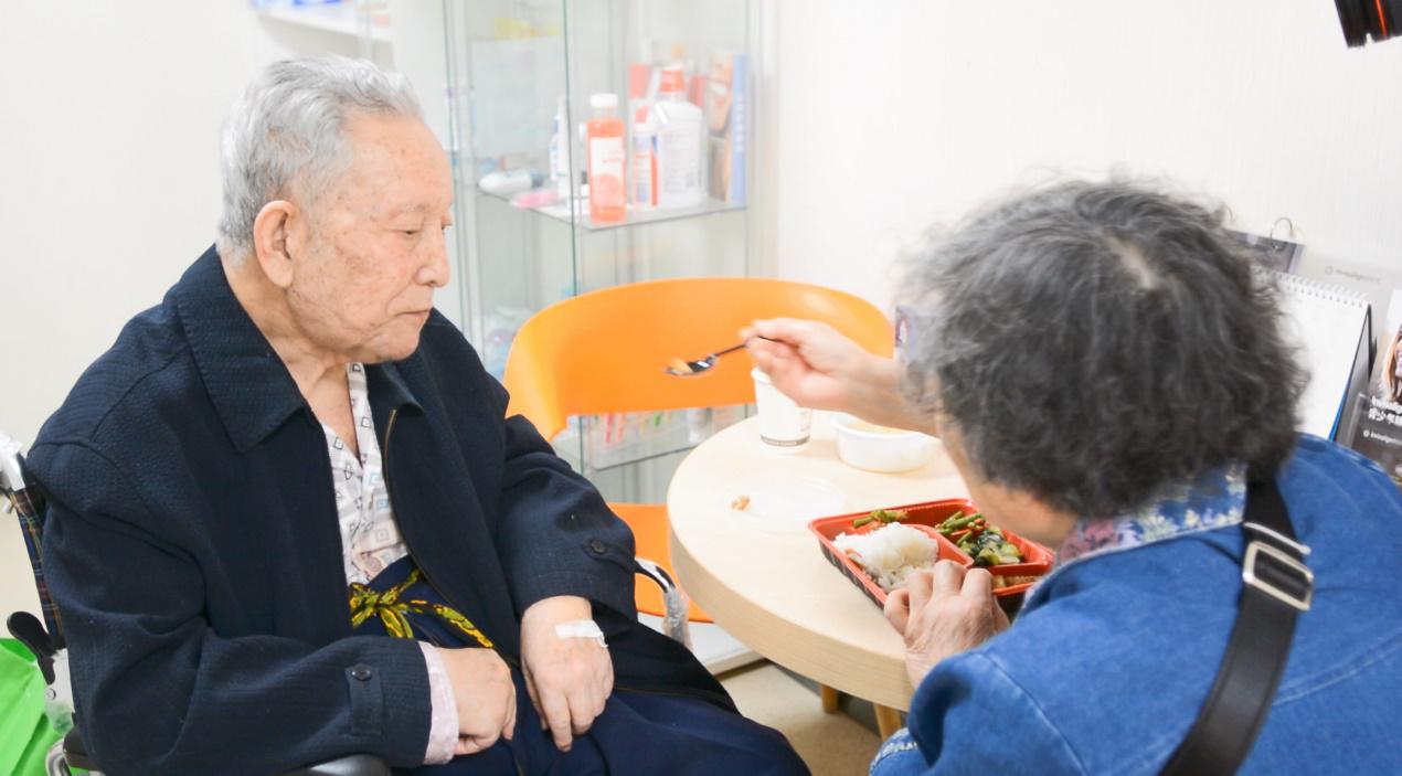 90岁老人在倪氏口腔成功种上全口牙,还想让倪院长申请吉尼斯世界