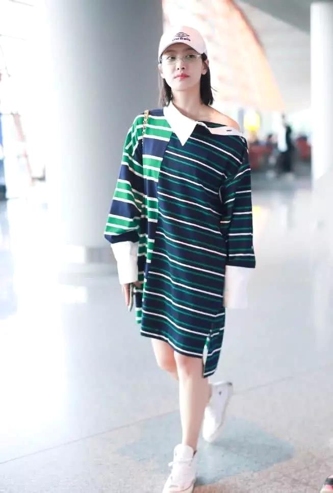 宋茜穿一件绿色拼接连衣裙现身机场,香肩微露,宛如甜美女神
