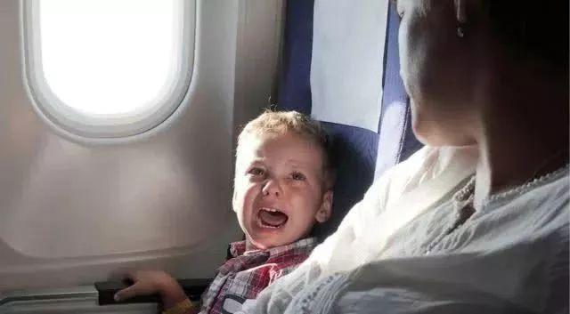 6名华人乘客被美航粗暴赶下飞机,警察冲进机舱