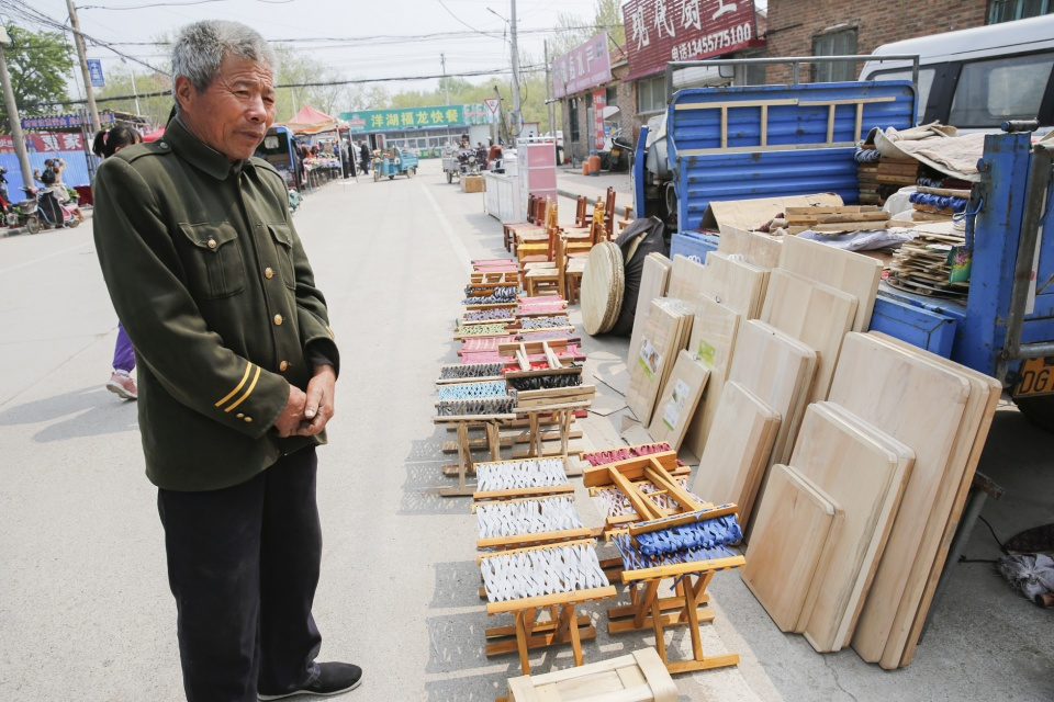 65岁农村夫妻开两辆车赶集做生意,大爷说:卖千儿八百够生活