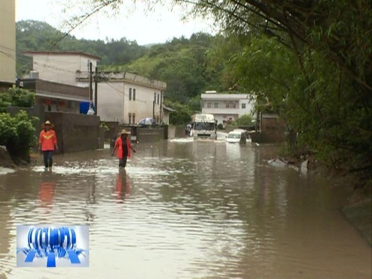 不听劝阻!五华高涧路段被水浸,三辆小车陷水中!