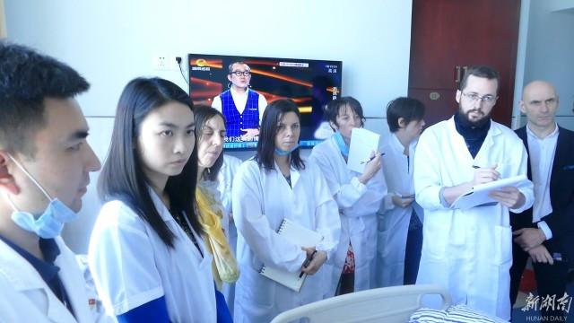 中医院里来了一群外国朋友:他们正在学针灸