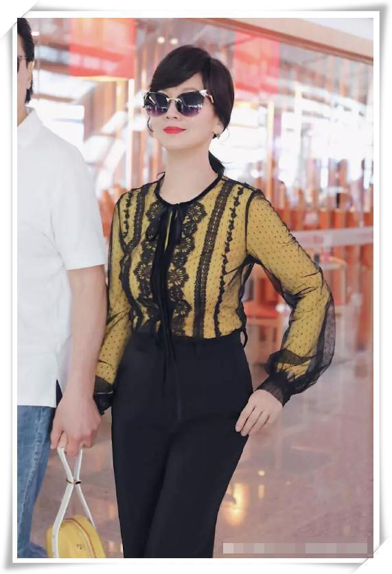 赵雅芝美起来真不低调,一身黑黄配气场全开,搭配流苏裤时髦到炸