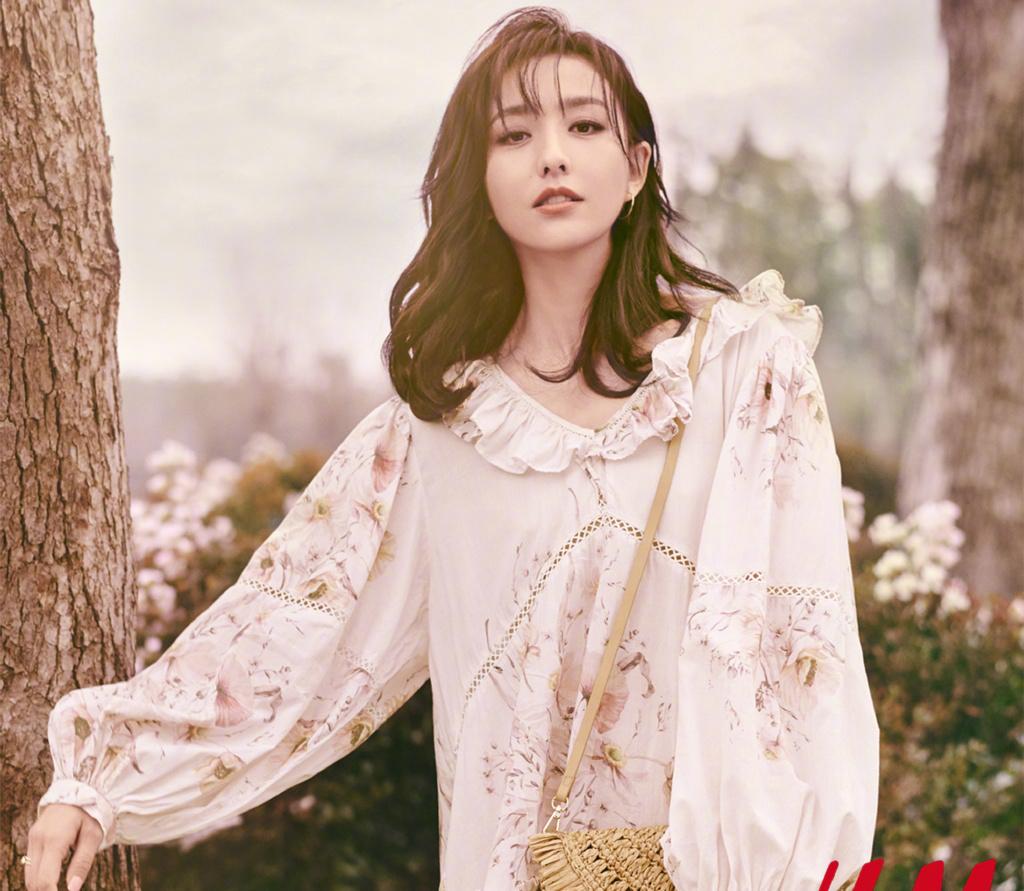 佟麗婭身穿白色的長款襯衫搭配一條黑色連衣裙,個性十足,真漂亮
