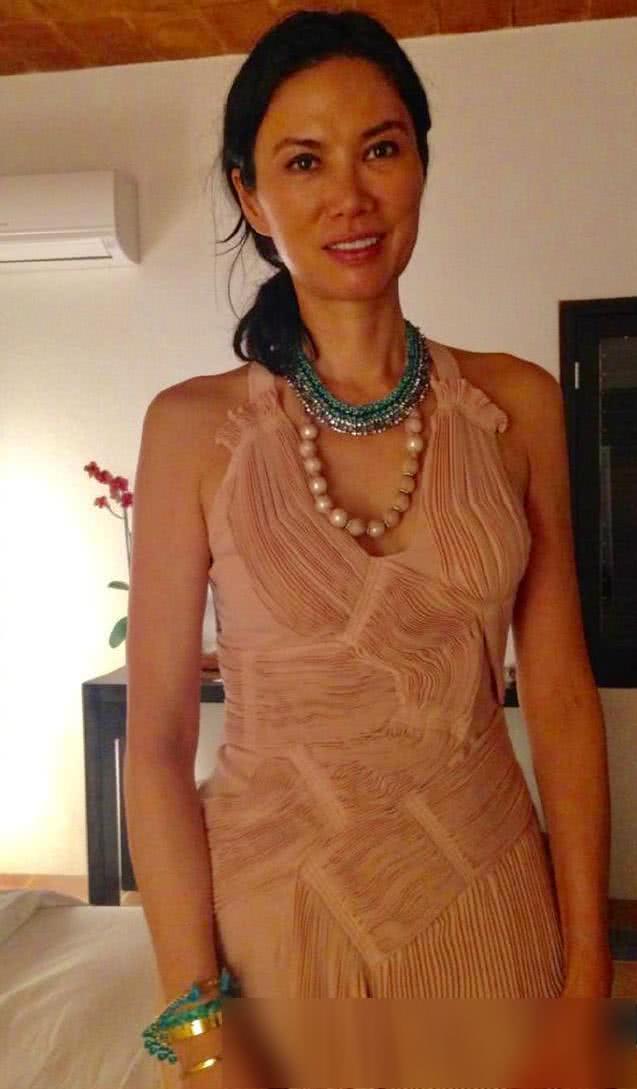 50岁邓文迪晒新照!竟然是素颜!穿挂脖裸粉褶皱长裙美如18岁
