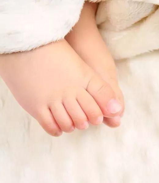 """""""寒从脚起""""不适用于孩子!宝宝光脚好处竟然那么多?"""