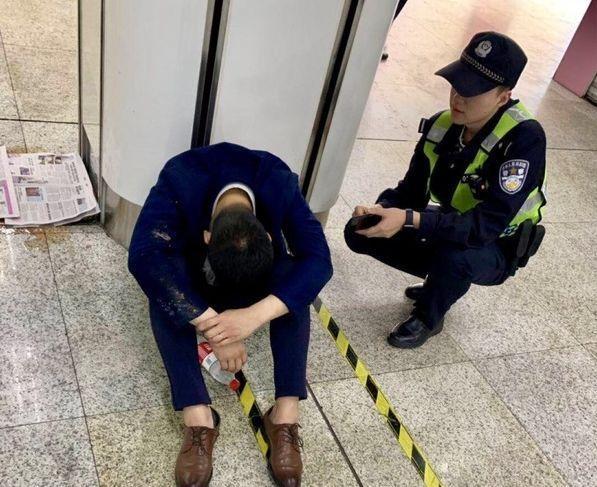 95后醉倒在地铁站:没有任何一场酒局,值得你拼命!