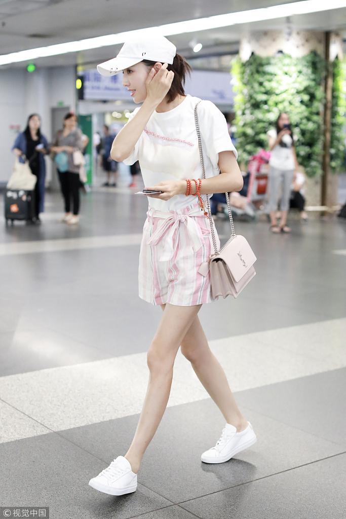 光,她穿粉色运动装,清爽有活
