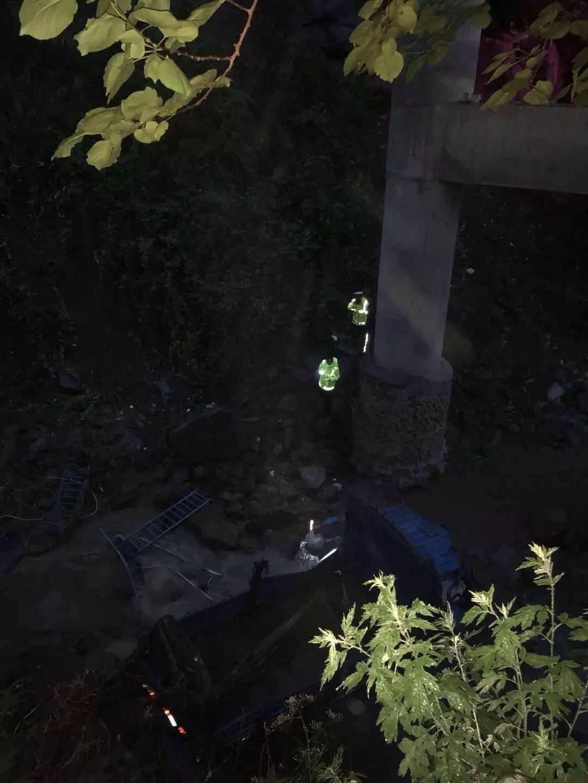 南江一货车因暴雨道路塌方遇险 ,交警紧急救援!