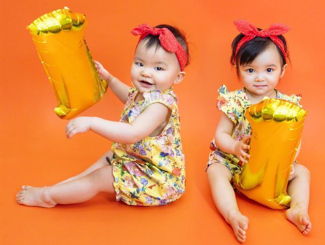 熊黛林晒两个女儿周岁照!颜值差太大,一个天上一个地下!