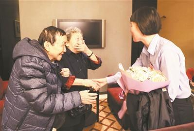 警方助90岁婆婆找到挚友 两老人重逢时相拥而泣