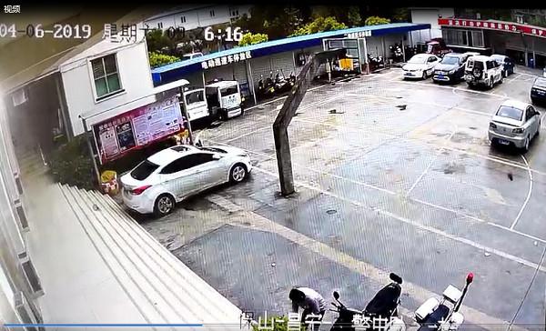 云南一男子盗窃手机后藏至交警队 这智商得充值
