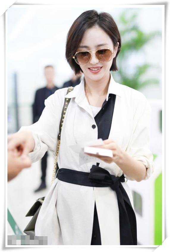 佟丽娅头发又剪短了,搭配白色风衣干练有范,强大气场美得开挂!