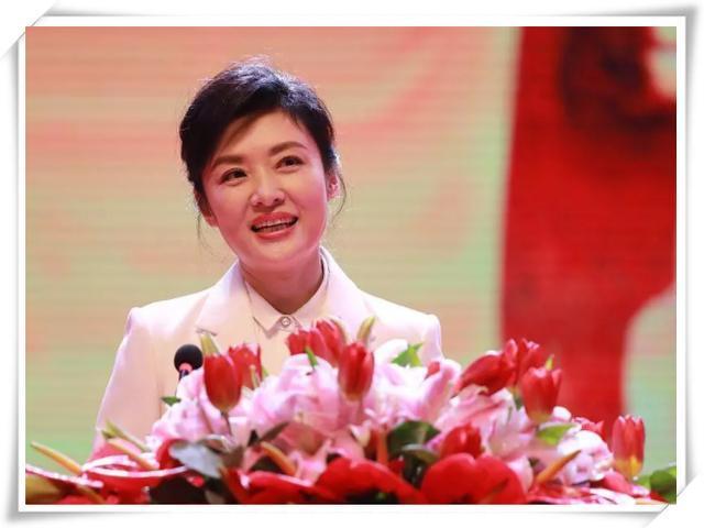 周涛不打针不扮嫩,一身白装清新素雅,51岁气质依旧惊艳!