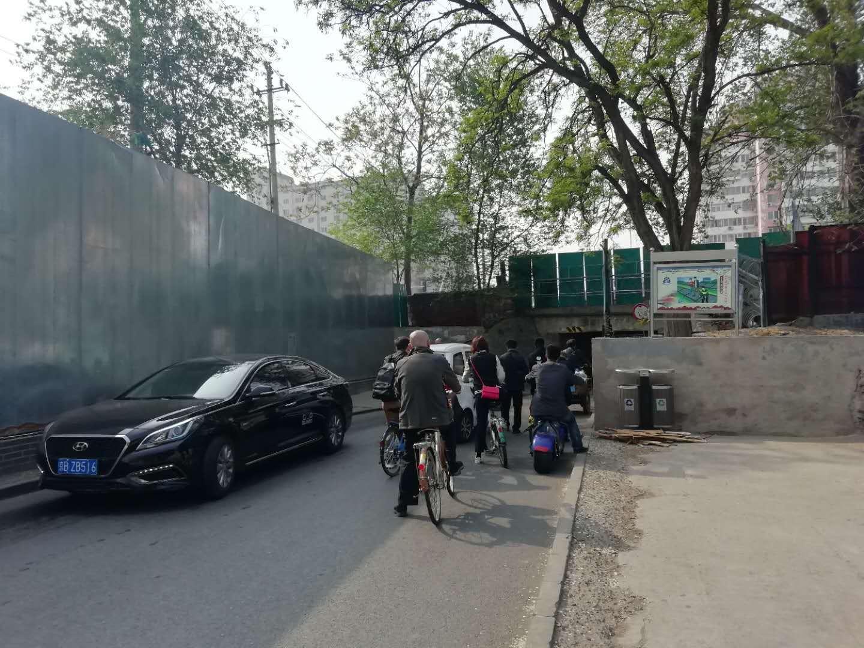 """北京海淀一涵洞宽不足2米 成""""卡脖路""""致拥堵"""