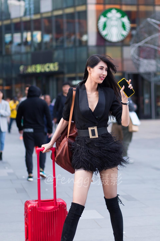 街拍:著名模特葛征来三里屯了,电眼长腿好身材,名不虚传