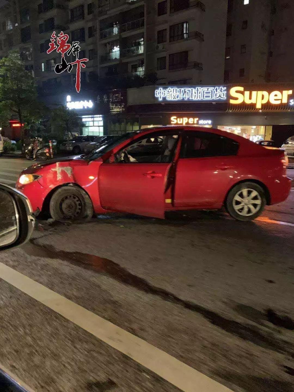 昨晚:一小车车头被撞至变形  安全气囊爆裂(视频+相)