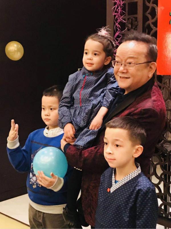 70岁王刚儿子与孙子同岁,因为一个称谓,两个孩子尴尬了
