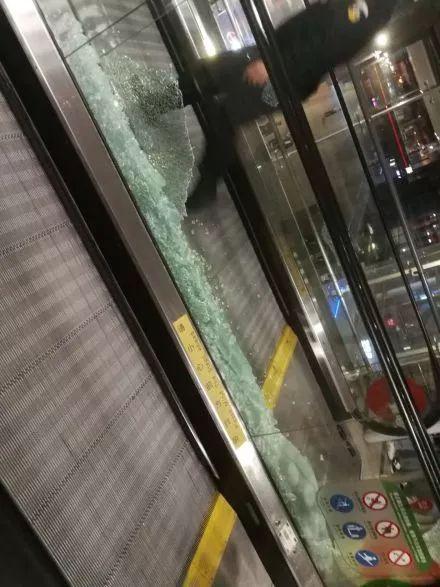 【800提醒】太太太疯狂!机场自动扶梯玻璃被接送机粉丝挤碎