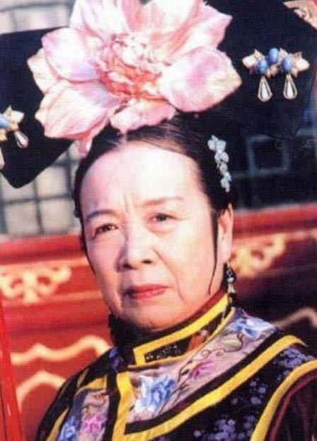 84岁容嬷嬷李明启近照曝光,独自买菜身体硬朗,网友:都没变化!