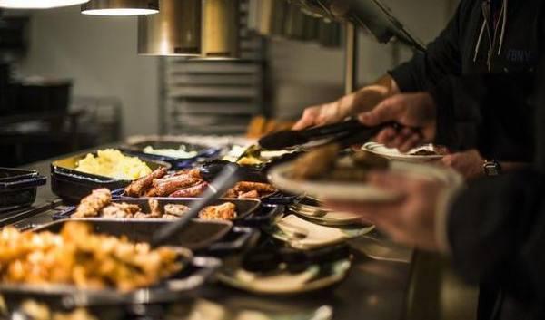 如果我去掉三个服务员,餐厅是不是服务不过来了?