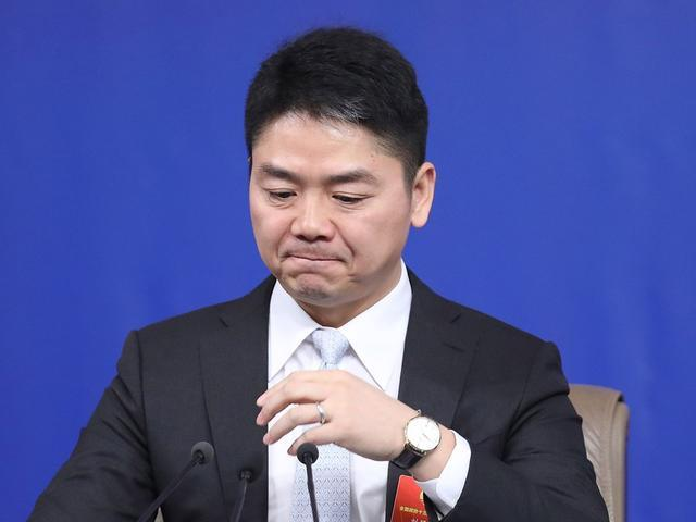 刘强东案视频疑点重重,女主中途曾被一男子叫走!让子弹多飞一会