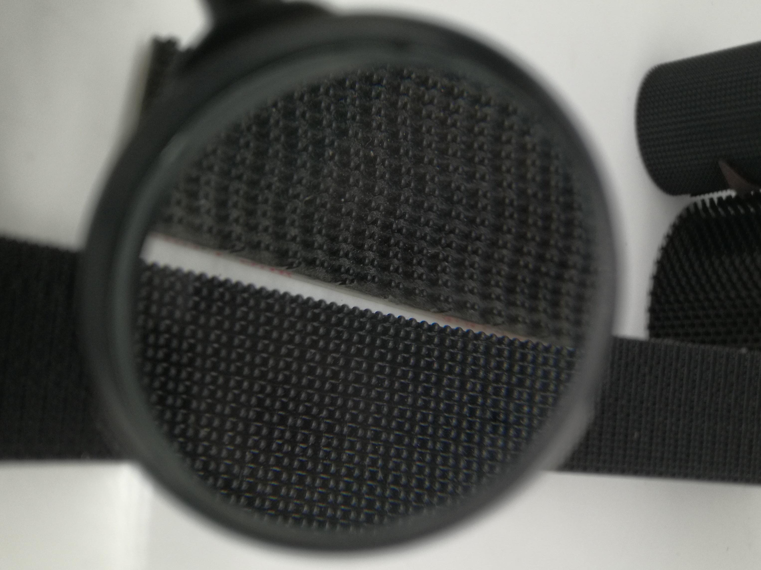 粘扣带又称魔术贴行业术语称子母扣。是箱包服饰上常用的一种连接辅料。它分公母两面:一面是细软的纤维,另一面是带有勾刺的弹性纤维。公母相扣,在受到一定横力的情况下,富有弹性的勾被拉直,从绒圈上松掉而打开,然后又恢复原有的勾型,如此反复开合可达一万次之多。 产品广泛用于服装、鞋子、帽子、手套、皮包、沙发、车船、座垫、航空用品、雨披、窗帘、玩具、睡袋、体育运动器材、音响器材、医疗器械、帐篷、小轮车护套、各类军工产品、电子电线、充电器、陈列用具等 瑞鸿富科技公司长期与LENOVO、HP MOTOROLA、SAMSUNG、SONY ERICSSON、SIEMENS、LG等相关业务厂商,长期以来并一直与其保持良好稳定的合作关系. 。