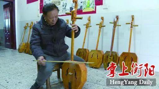 不简单!衡阳这位69岁老人历时3年,手工制作十二生肖琴,只为……