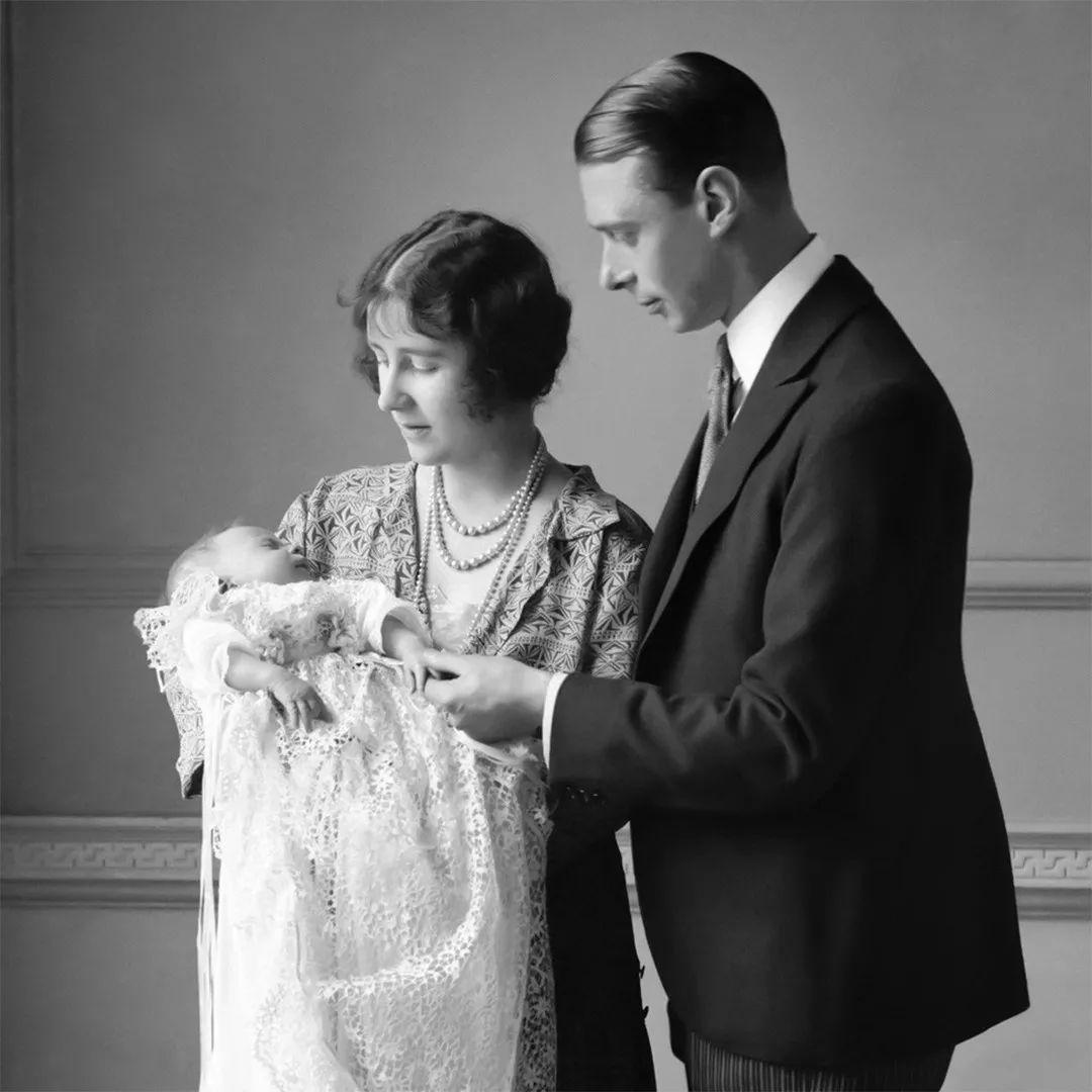 67年前女王惊闻父亲去世,立即起草继位电文公布王号,冷静又果敢