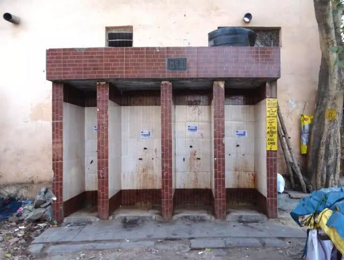 印度大多是露天厕所,印度姑娘是如何上厕所的?当地人说出大实话