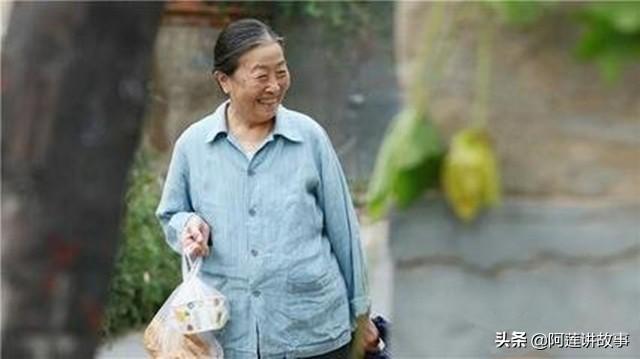 逛街偶遇婆婆,嫌她衣着寒酸假装不认识,晚上吃饭儿媳泪目
