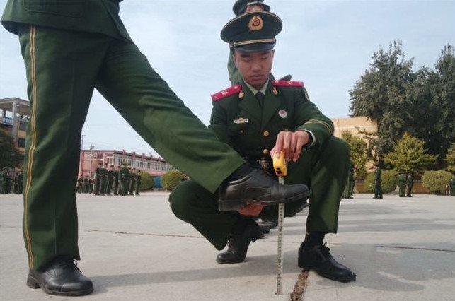 解放军踢正步为啥只踢25厘米?除了好看,还有一重要原因!