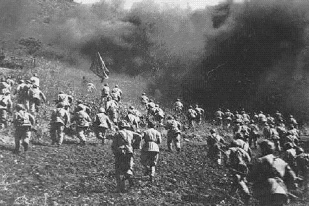 志愿军进攻敌人防线受阻,一名战士扑上去用胸膛堵住机枪眼