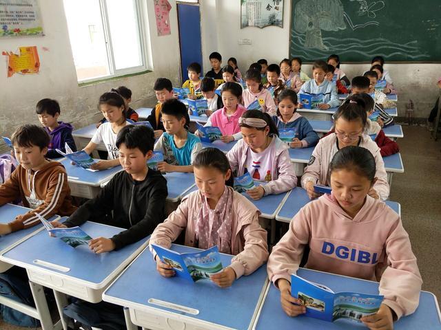 安全教育,常抓不懈—安徽阜南黄岗小学学生研读《安全教育读本》