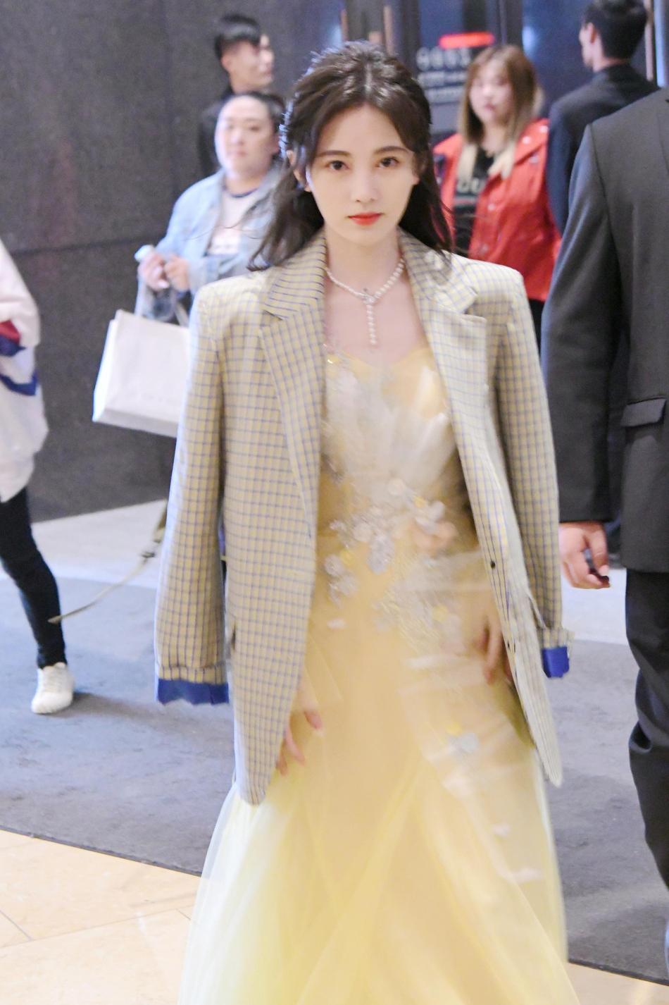 鞠婧祎美成仙!24岁居然穿黄色网纱裙扮嫩,比她大的人还怎么活