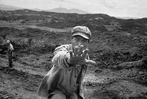 志愿军战士苦寻战友遗体,拒绝记者拍照:我只想带战友回家