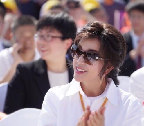 刘晓庆参加活动单手插兜霸气讲话,与同龄人上台仿若年龄相差悬殊