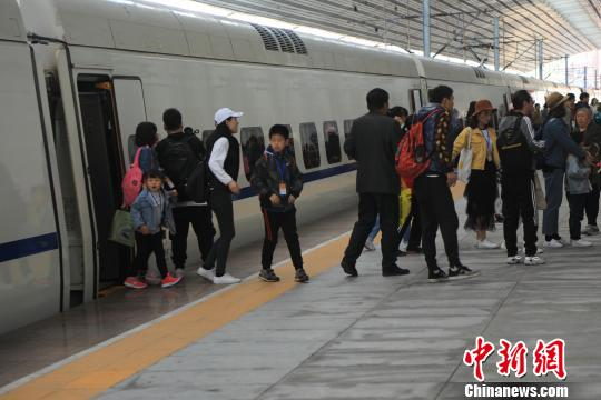 """东北首趟""""高铁+旅游""""列车开行 赏边城丹东春天"""
