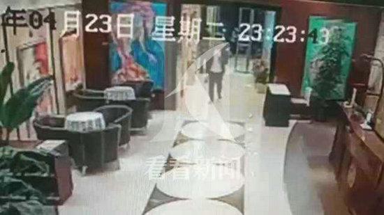 顾客称给差评后遭外卖员殴打抓衣服?目击者说出