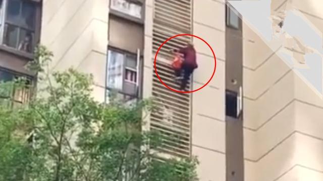 八旬老太翻窗拎袋,徒手从15楼爬到5楼 网友:活到80岁我也不敢这么干