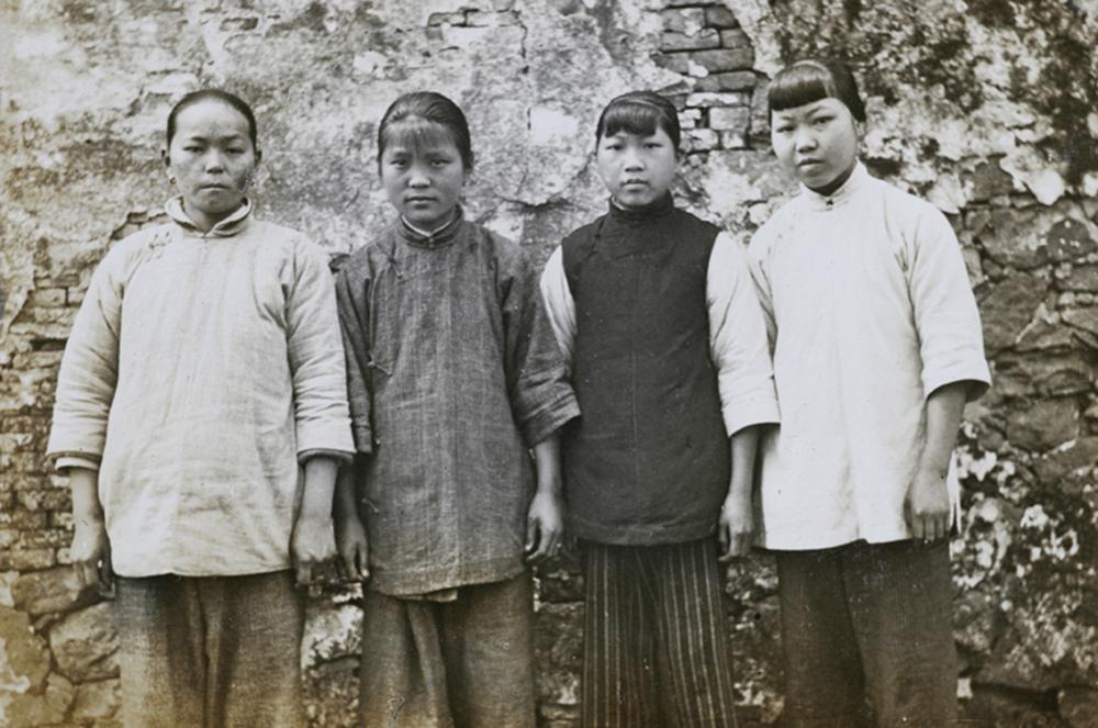 民国时的农民老照片:熟悉的劳作方式,单纯漂亮的四个女孩
