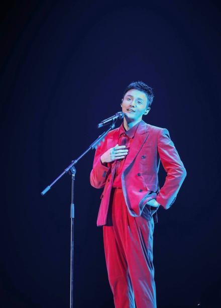 <b>李荣浩被粉丝打,邓紫棋失声痛哭,开演唱会风险太大。</b>